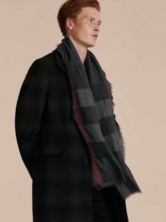 The Lightweight Cashmere Scarf in Check in Charcoal - cell image 3
