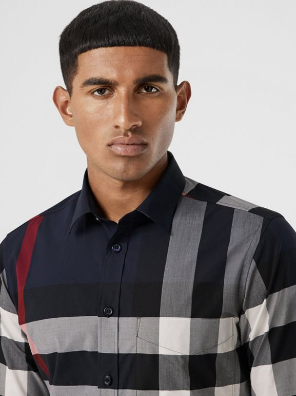 Camisa en popelina de algodón elástico a cuadros (Azul Marino) - Hombre | Burberry - cell image 1