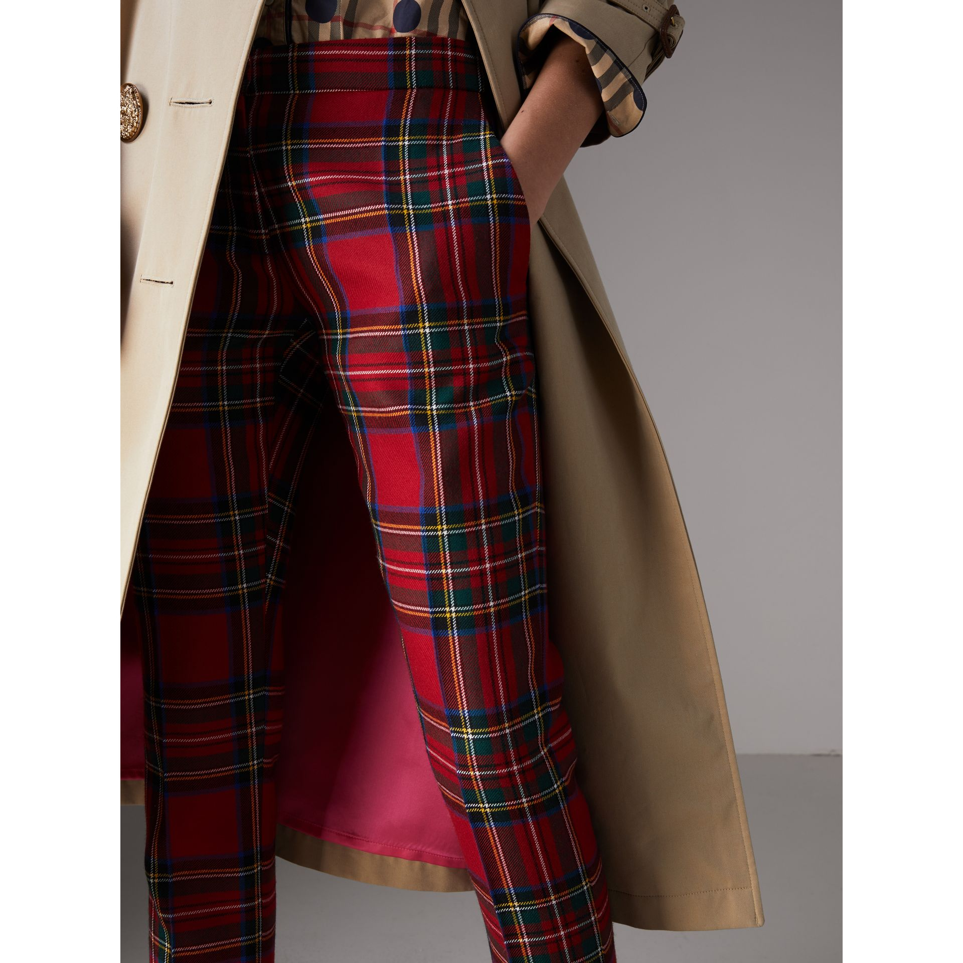 Trench coat in gabardine di cotone con bottoni decorati (Miele) - Donna | Burberry - immagine della galleria 3
