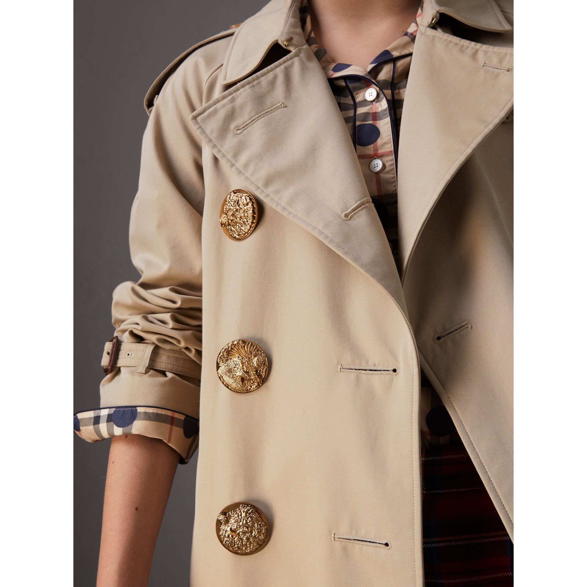 Trench coat in gabardine di cotone con bottoni decorati (Miele) - Donna | Burberry - immagine della galleria 1