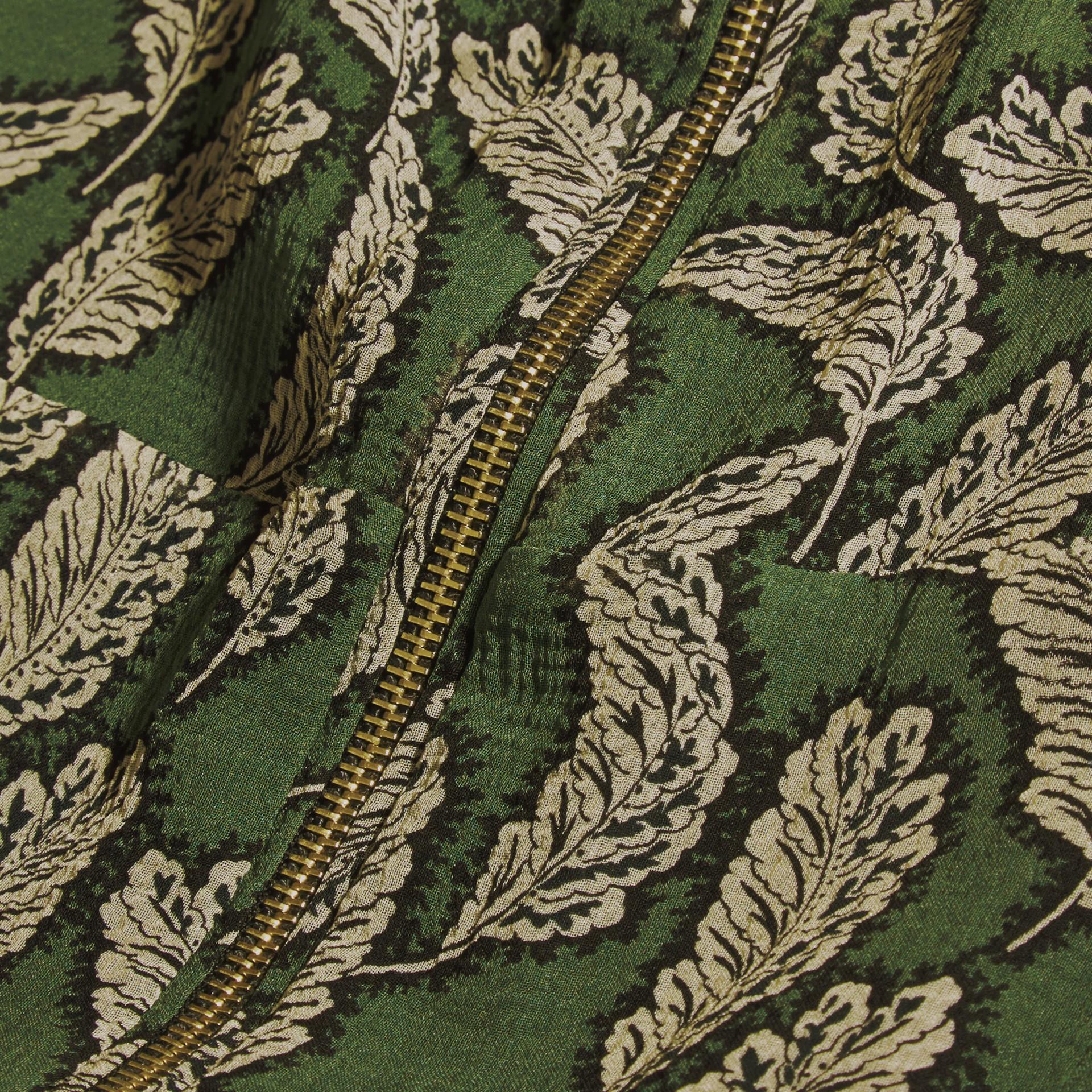 Verde polvere Abito longuette in seta con stampa a foglia - immagine della galleria 2