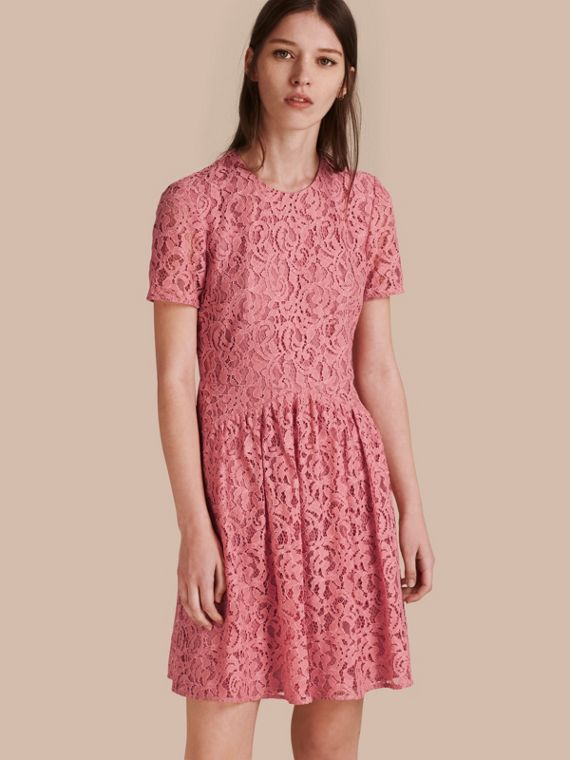Vestido fit-and-flare de renda com cintura baixa Rosa Antigo