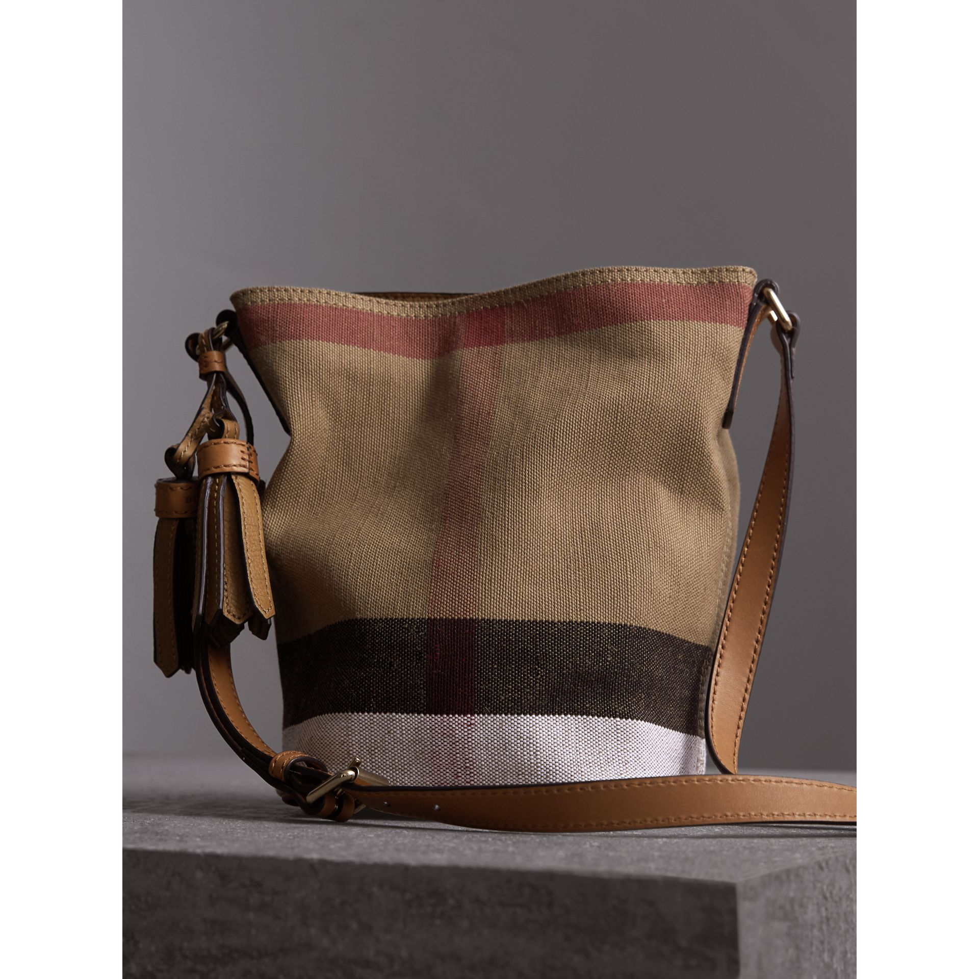 The Ashby piccola con pelle e motivo Canvas check (Marrone Cuoio) - Donna | Burberry - immagine della galleria 6