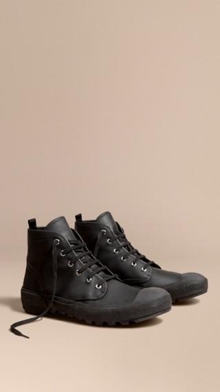 Stivali con lacci in pelle gommata