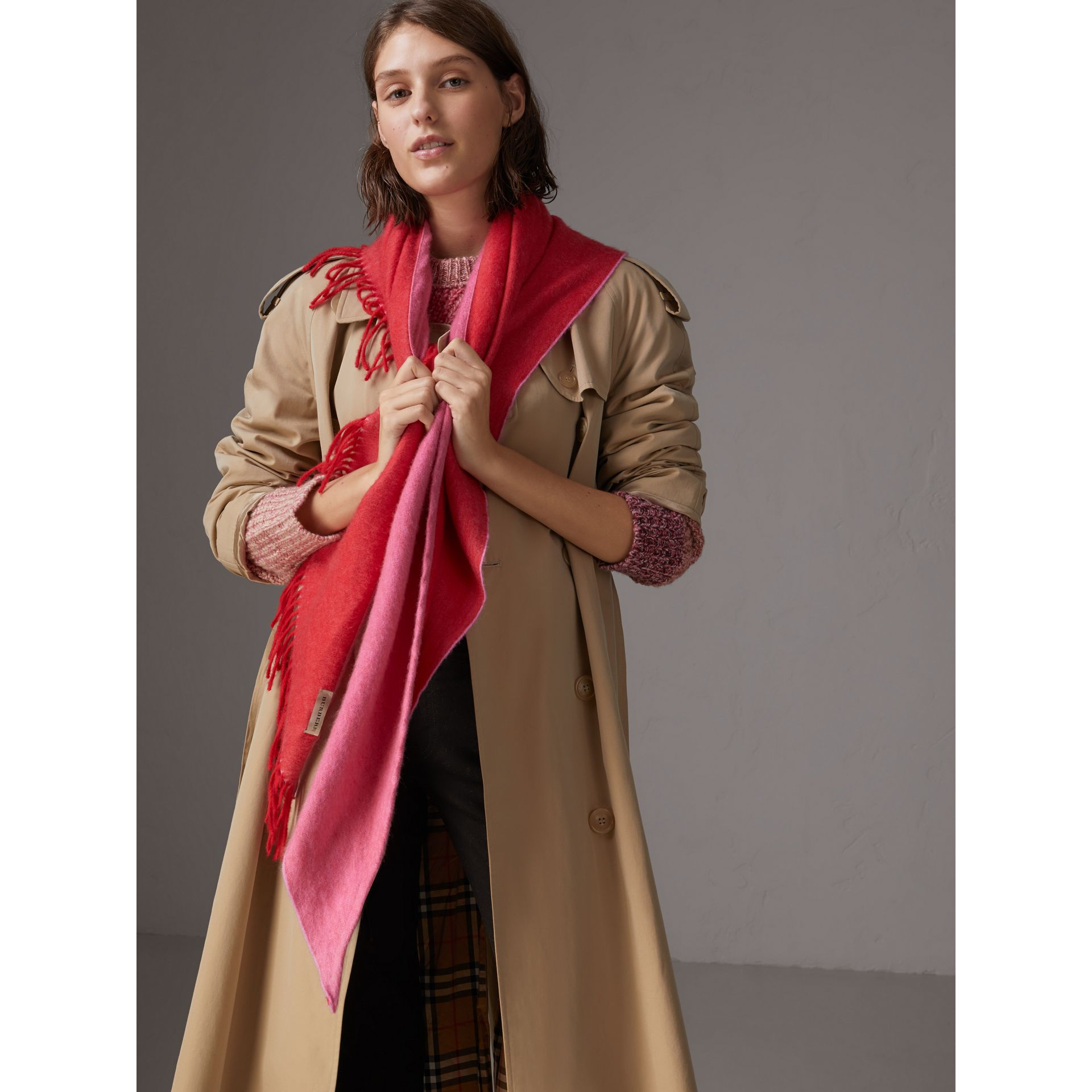 Bandana Burberry en cachemire (Rouge Vif) | Burberry - photo de la galerie 5