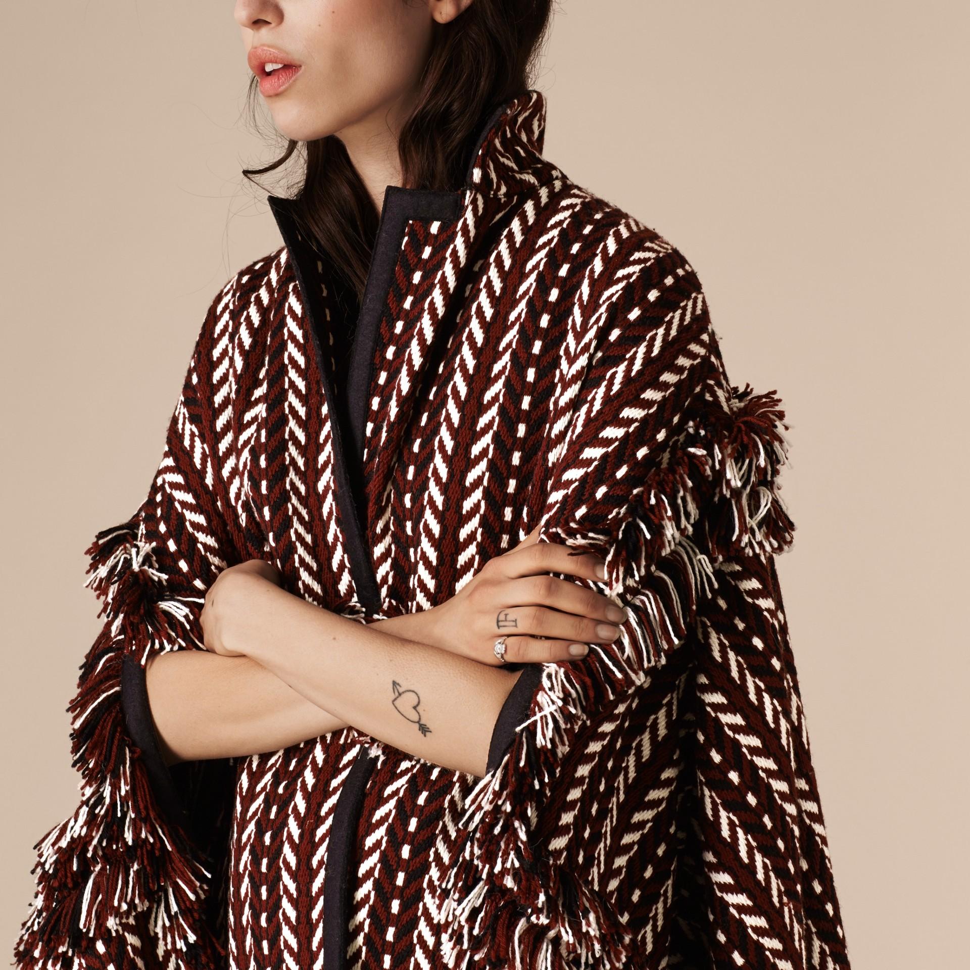 Marrone ruggine Cappotto a mantella con frange in lana e seta - immagine della galleria 4