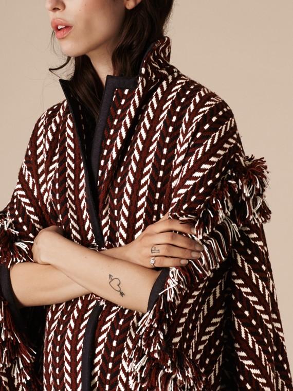 Marrone ruggine Cappotto a mantella con frange in lana e seta - cell image 3