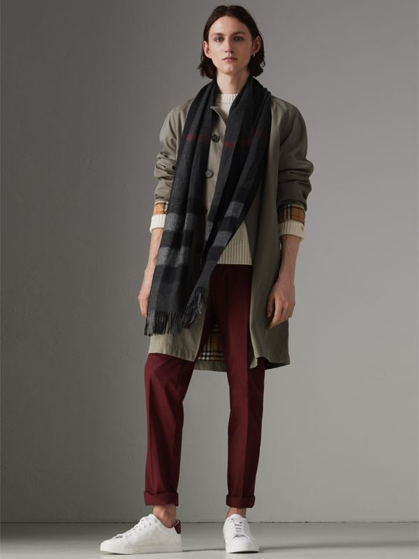 The Large Classic Cashmere Scarf in Check in Charcoal | Burberry United Kingdom - cell image 3
