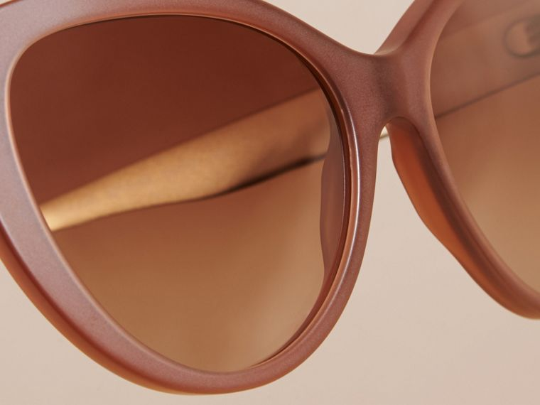 Taupe-braun Cat-Eye-Sonnenbrille mit Check-Detail in 3D Taupe-braun - cell image 1