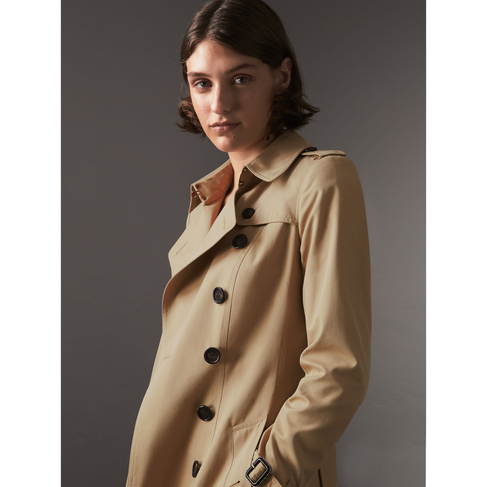 The Chelsea - Trench coat Heritage medio (Miele) - Donna | Burberry - immagine della galleria 6