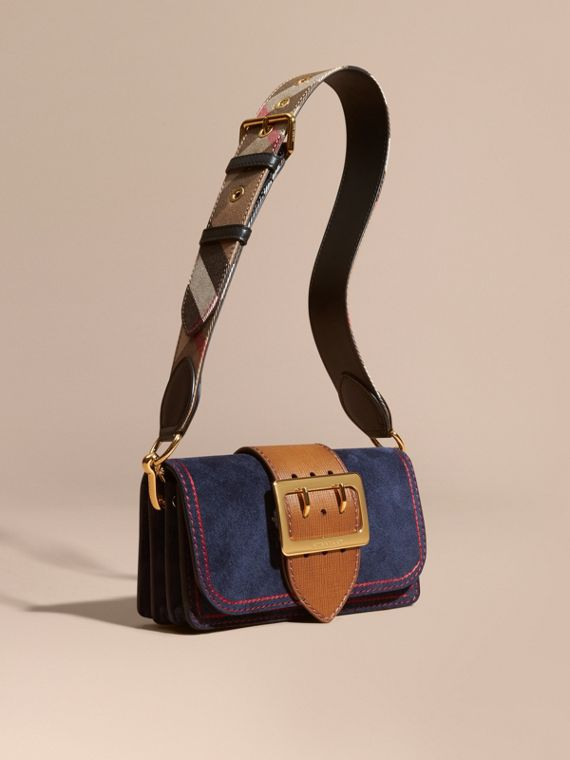 The Small Buckle Bag aus Veloursleder mit Steppnähten Tintenblau/hellbraun