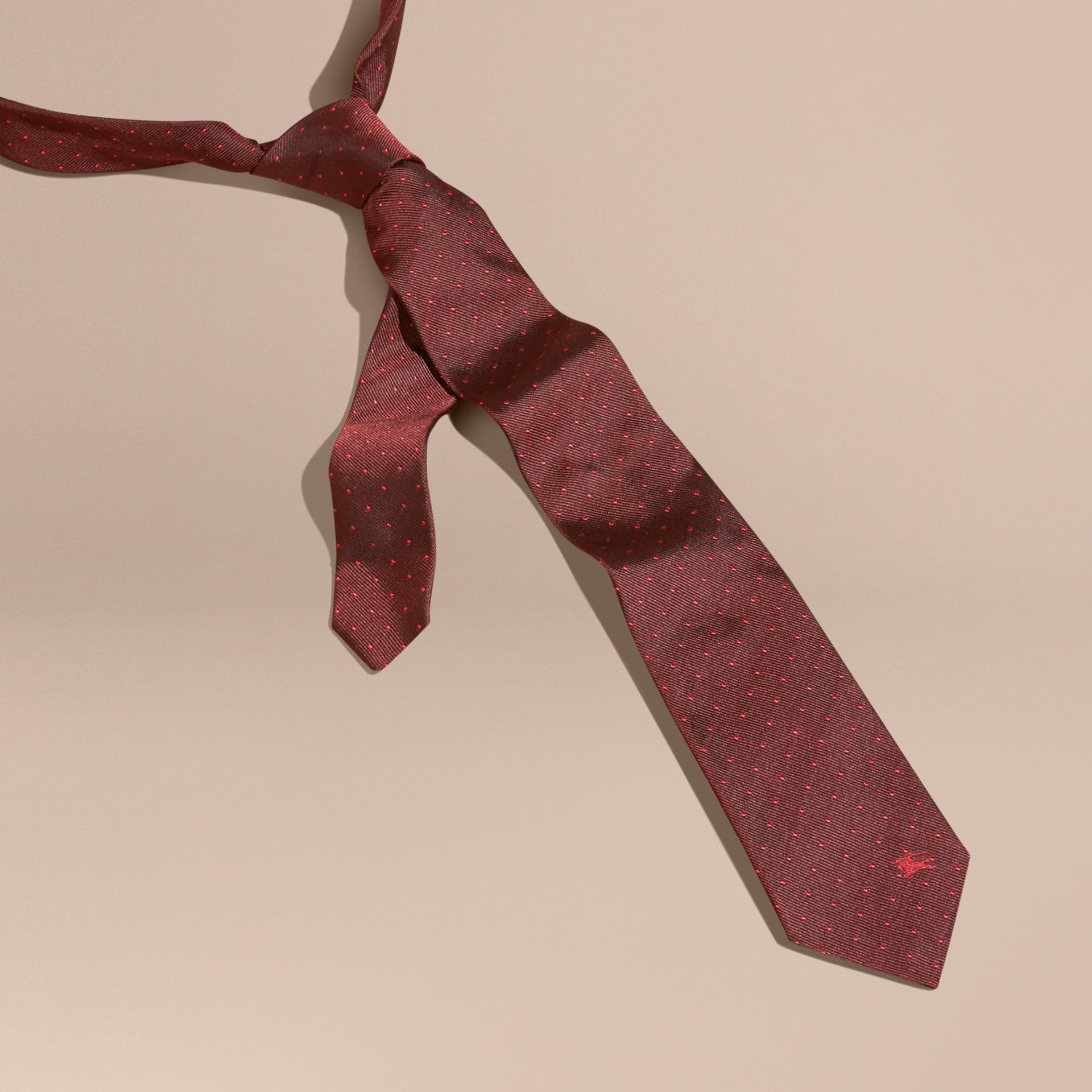 Deep claret Gravata de seda com corte moderno e estampa de poás - galeria de imagens 3