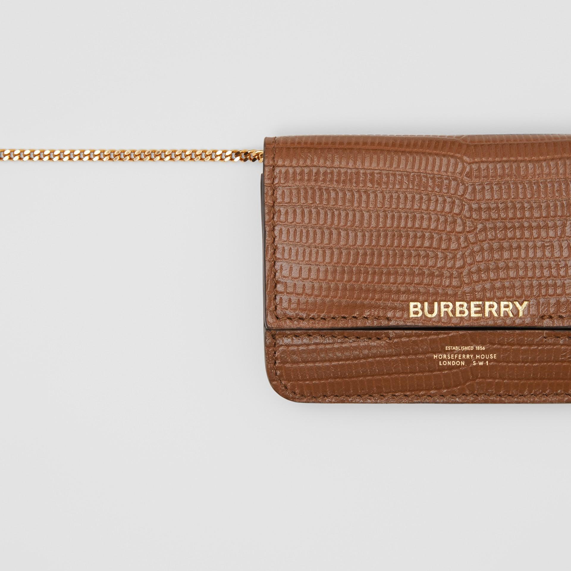 Porta carte di credito in pelle di cervo goffrata con tracolla a catena (Marroncino) - Donna | Burberry - immagine della galleria 1