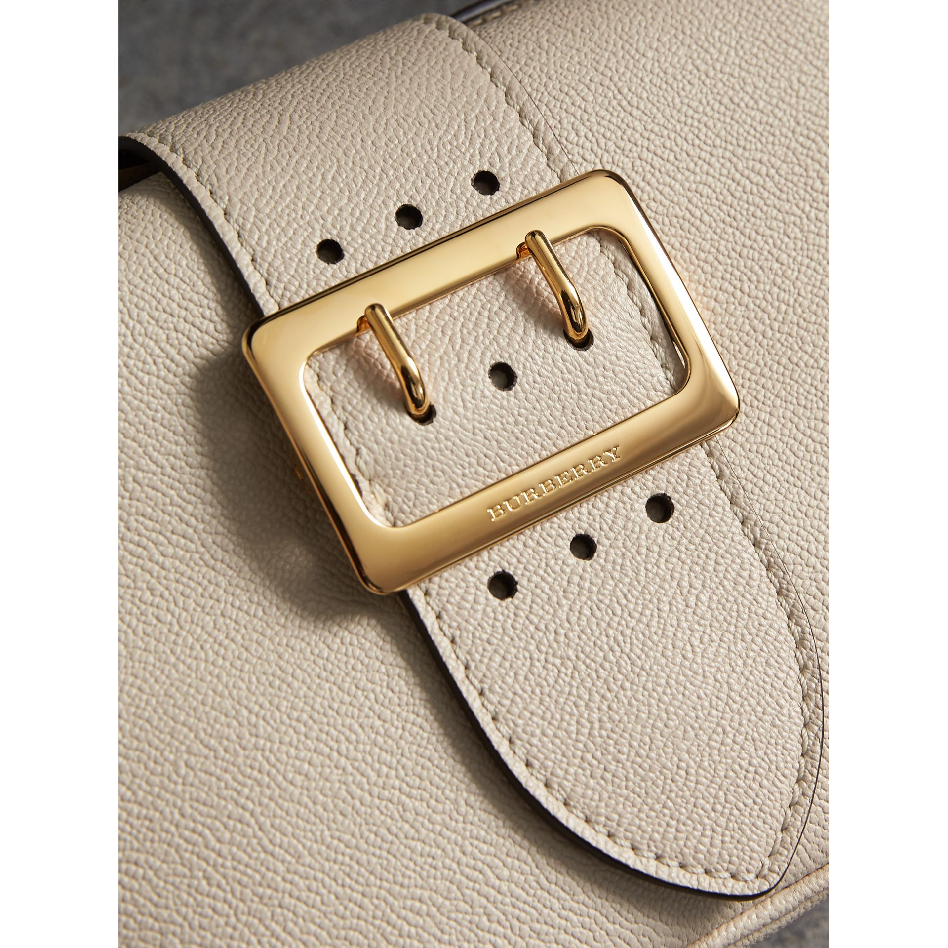 The Small Buckle Crossbody Bag aus Leder (Kalksteinfarben) - Damen | Burberry - Galerie-Bild 2