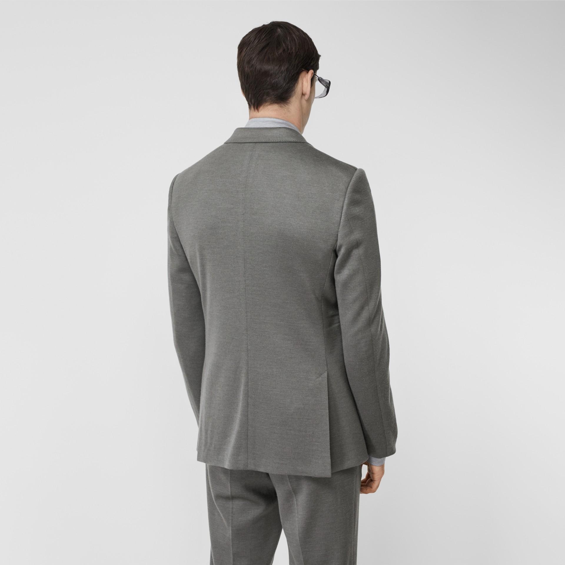 イングリッシュフィット カシミアシルクジャージー テーラードジャケット (クラウドグレー) | バーバリー - ギャラリーイメージ 2
