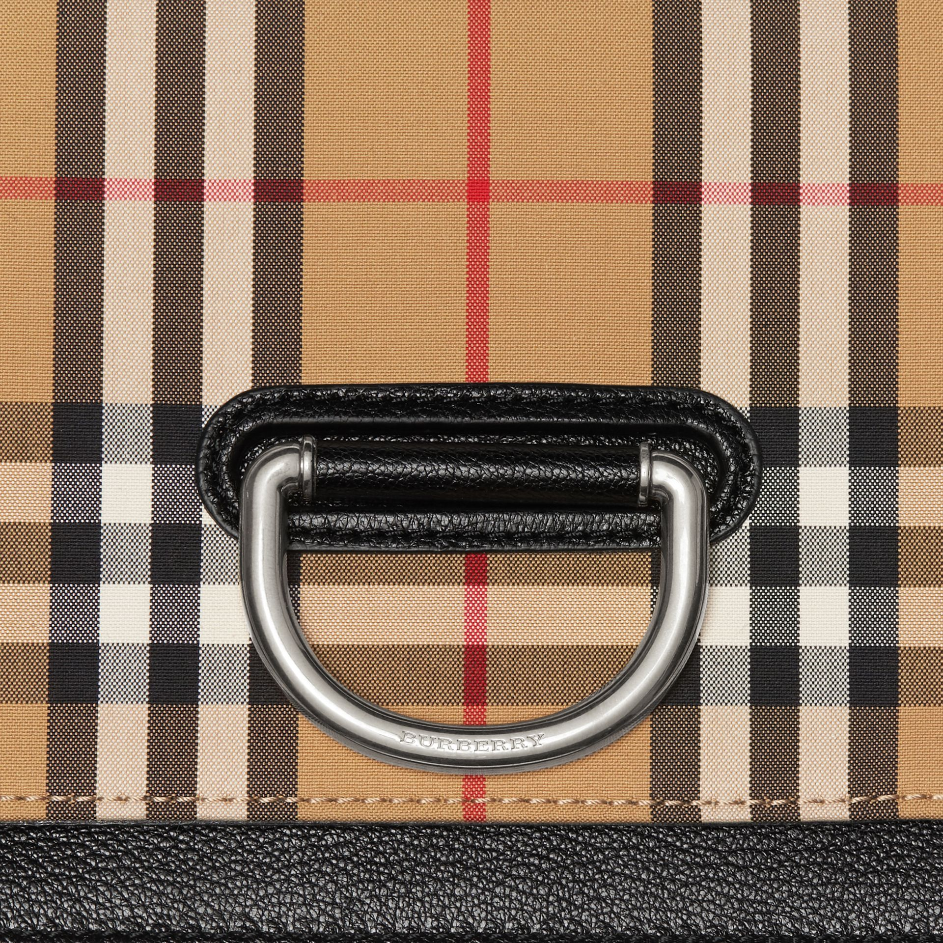 Petit sac The D-ring en cuir et à motif Vintage check (Noir/jaune Antique) - Femme | Burberry Canada - photo de la galerie 1