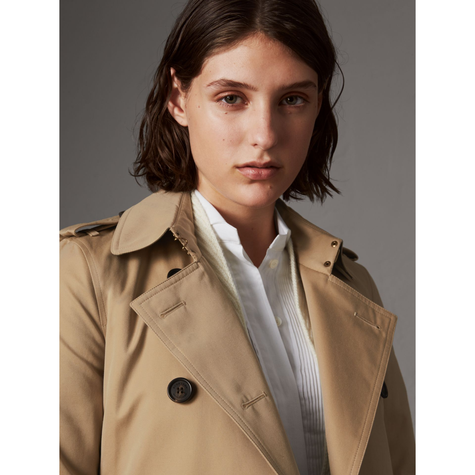 The Kensington – Short Heritage Trench Coat in Honey - Women | Burberry - gallery image 6