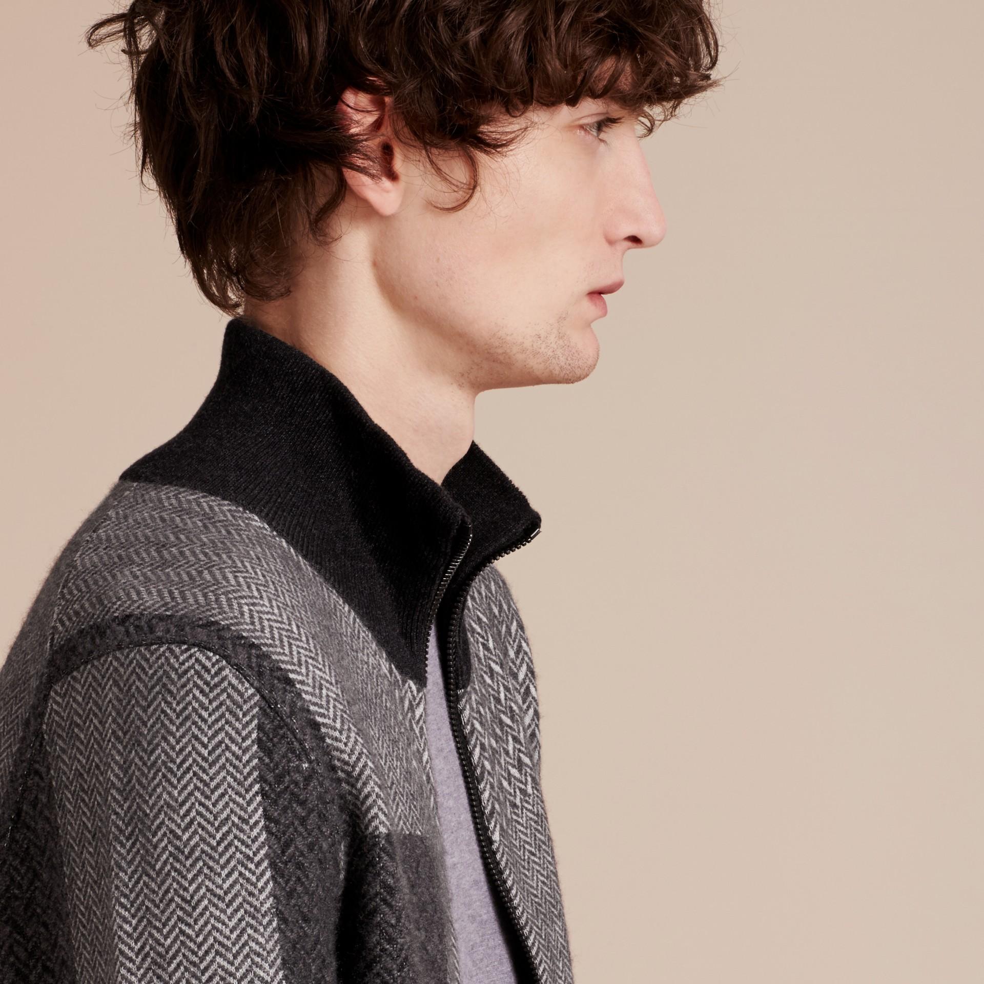 Camaïeu de gris sombres Veste à col entonnoir en maille de cachemire et coton - photo de la galerie 5