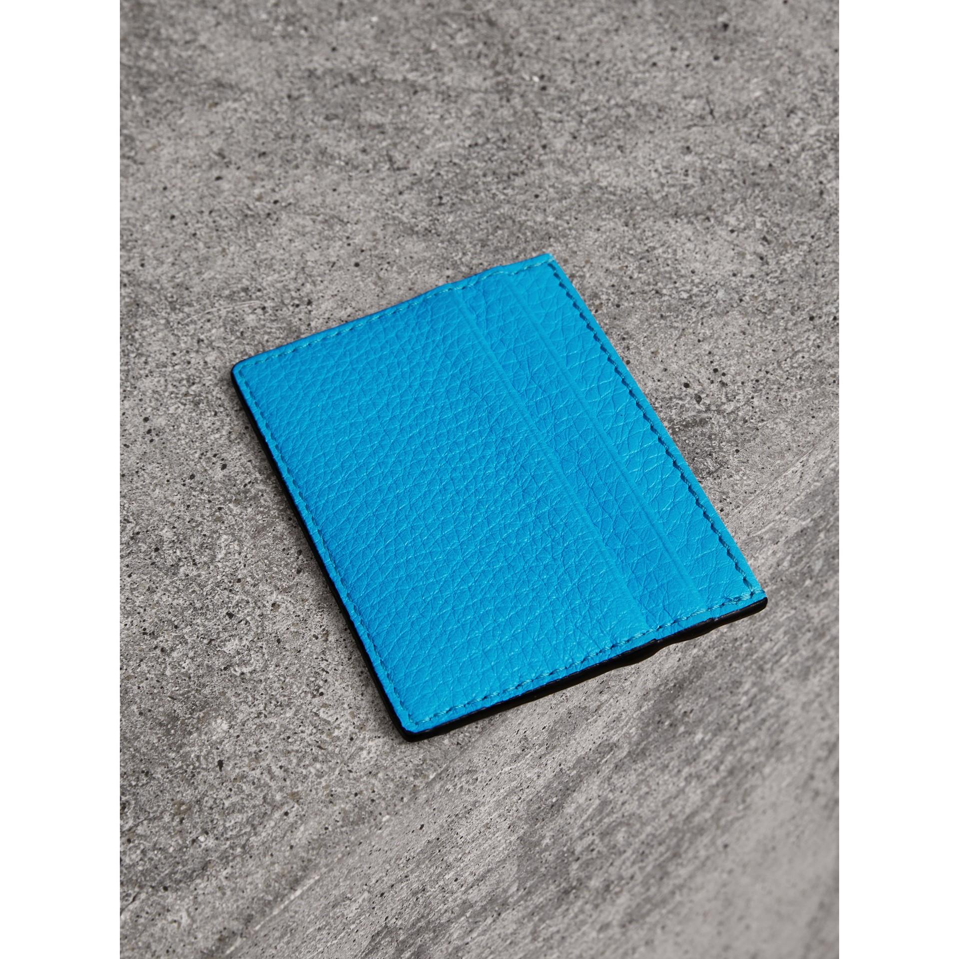 Porta carte di credito in pelle goffrata effetto texture (Blu Neon) | Burberry - immagine della galleria 2