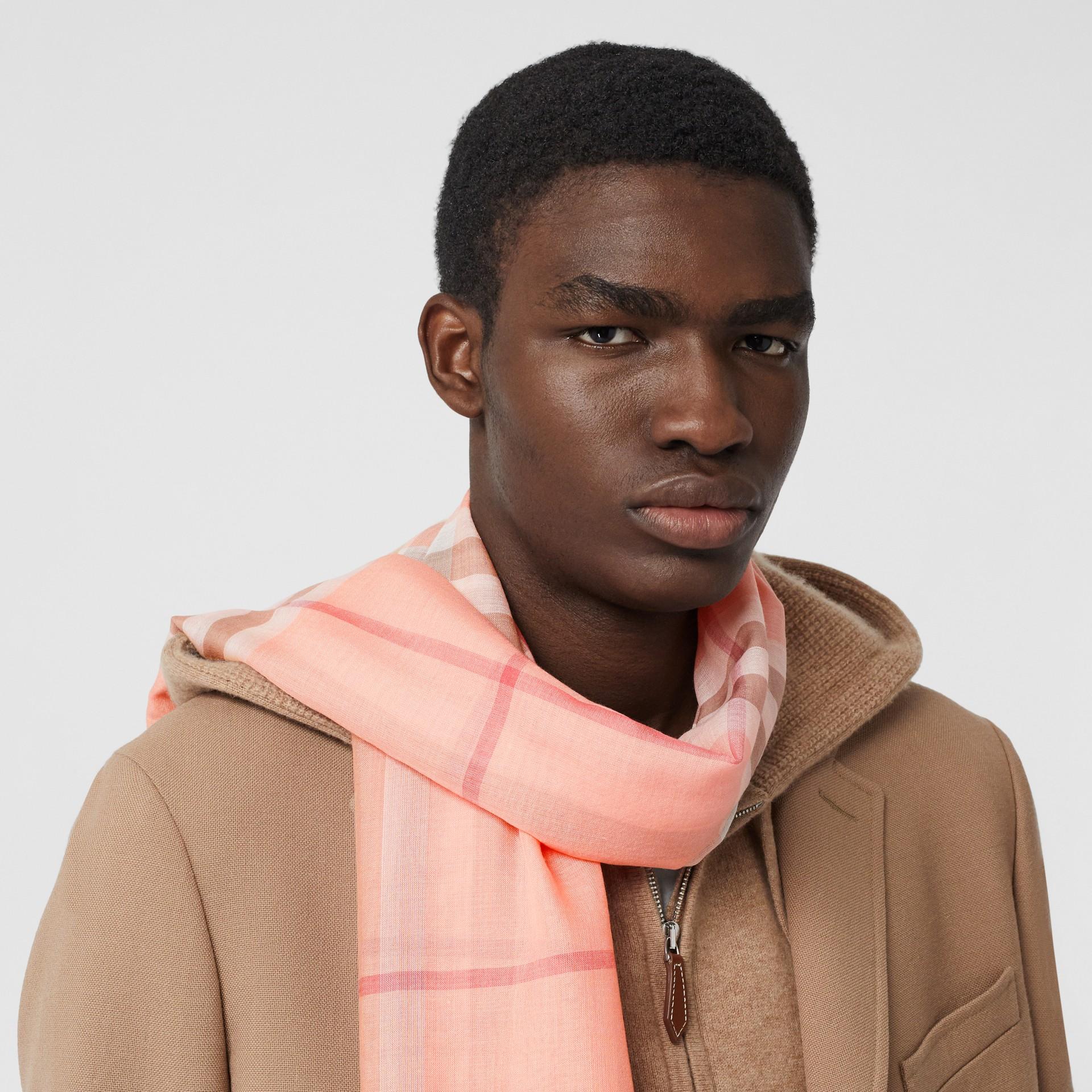 輕盈格紋羊毛絲綢圍巾 (粉蜜桃色) | Burberry - 圖庫照片 3