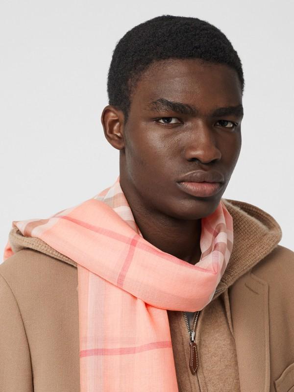 輕盈格紋羊毛絲綢圍巾 (粉蜜桃色) | Burberry - cell image 3