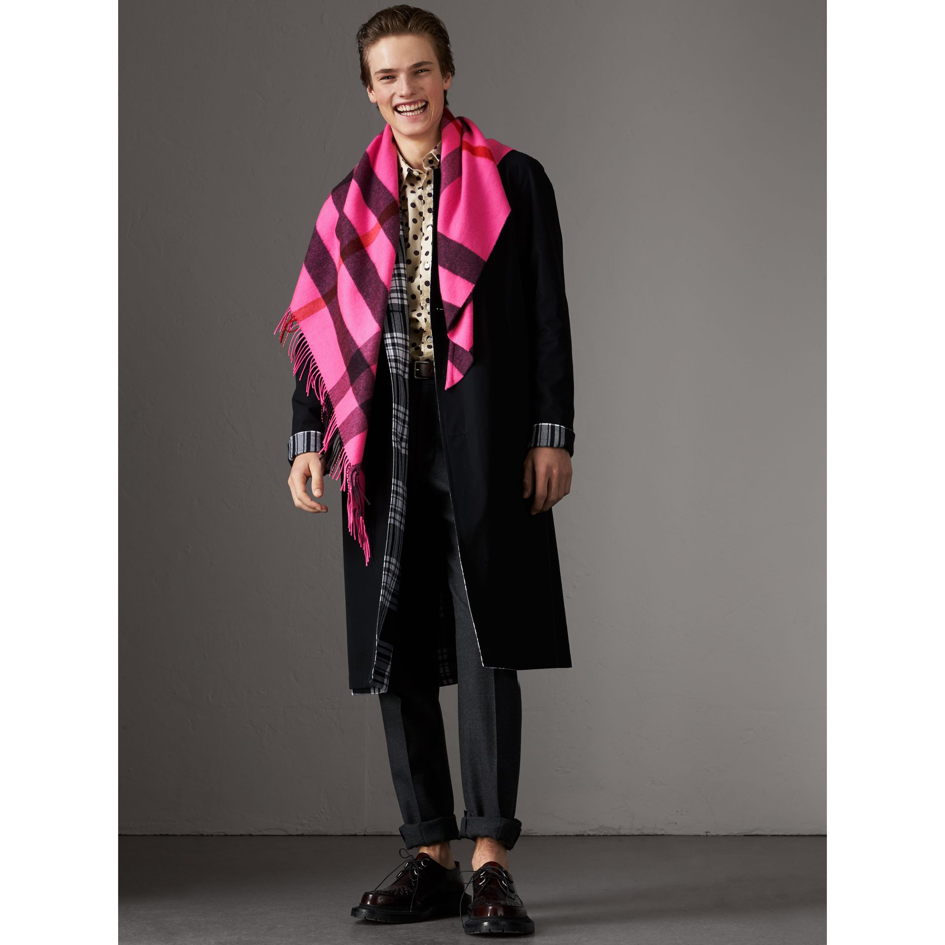 The Burberry Bandana in cashmere con motivo tartan (Rosa Petalo Brillante) | Burberry - immagine della galleria 7