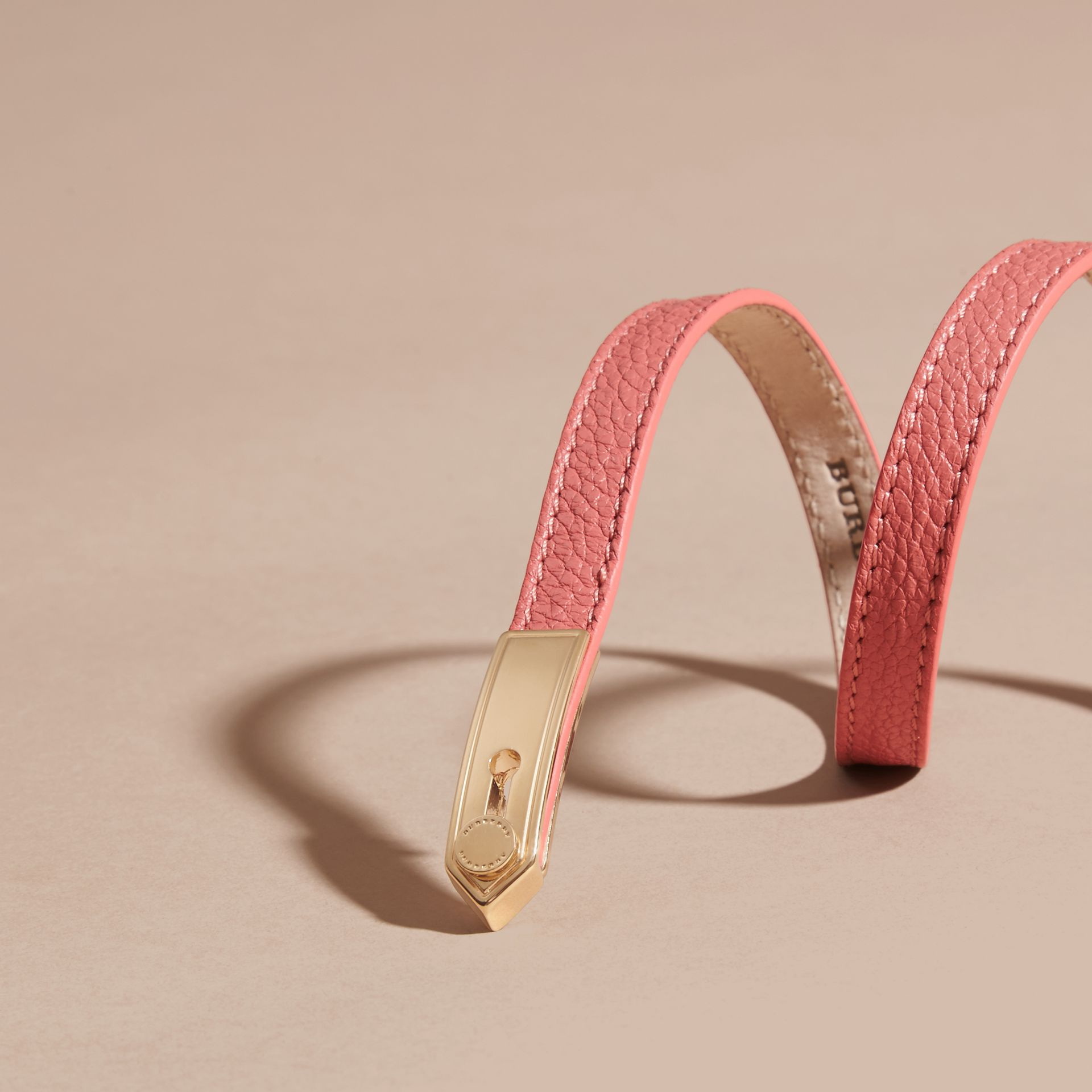 古銅粉色 肩章識別牌皮革手鍊 古銅粉色 - 圖庫照片 3
