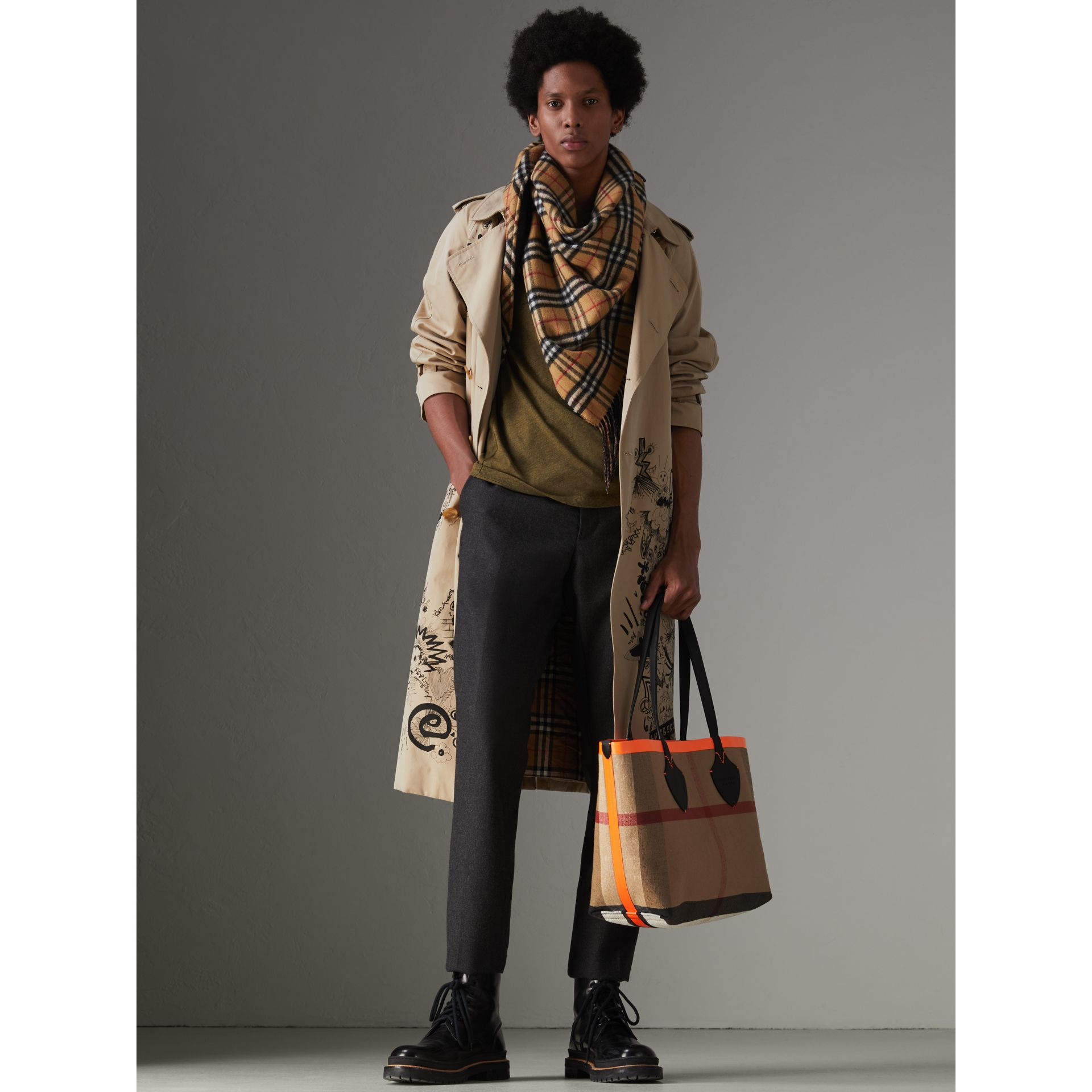 The Medium Giant Reversible Tote in Canvas and Leather in Black/neon Orange | Burberry - gallery image 3