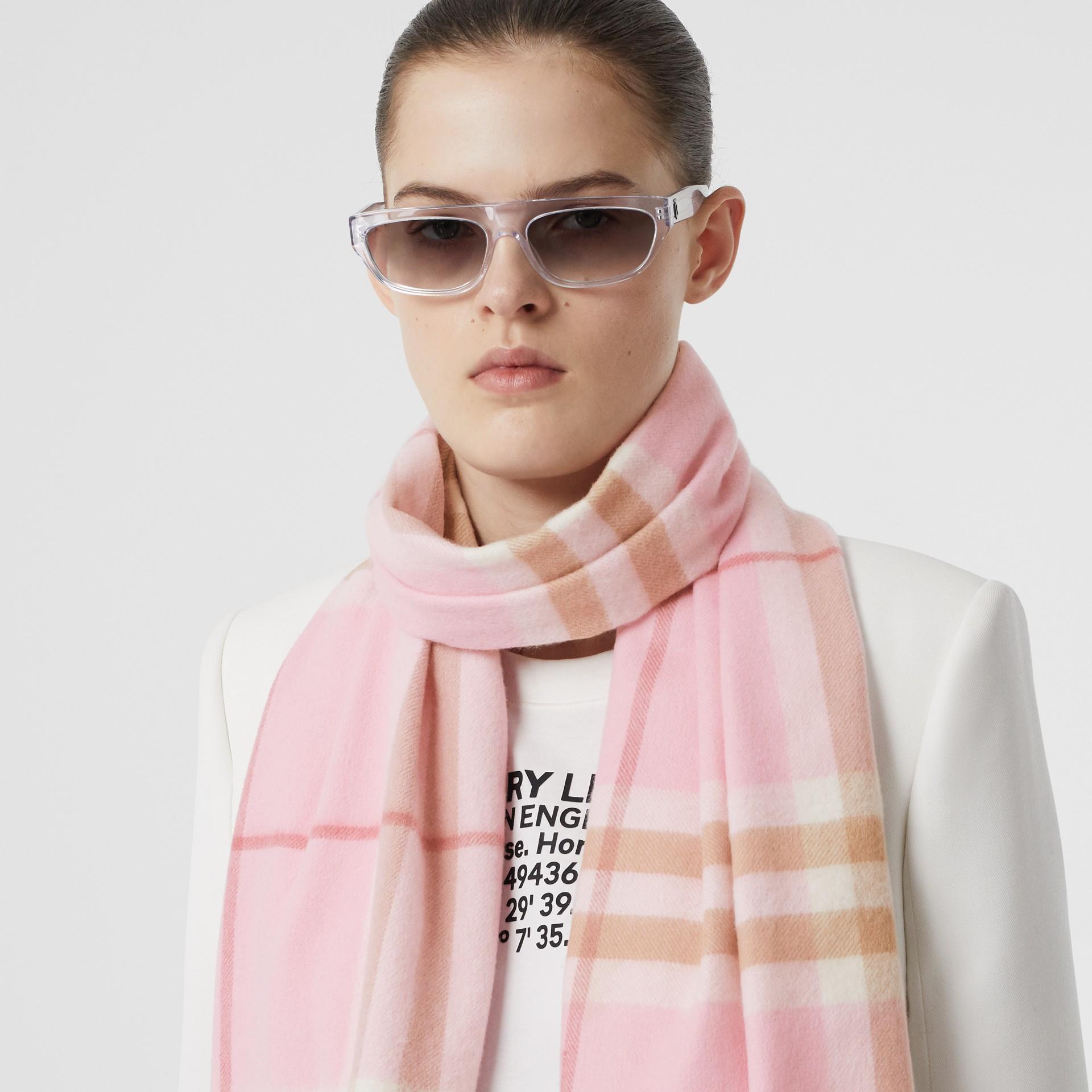 經典格紋喀什米爾圍巾 (糖果粉紅) | Burberry - 圖庫照片 2