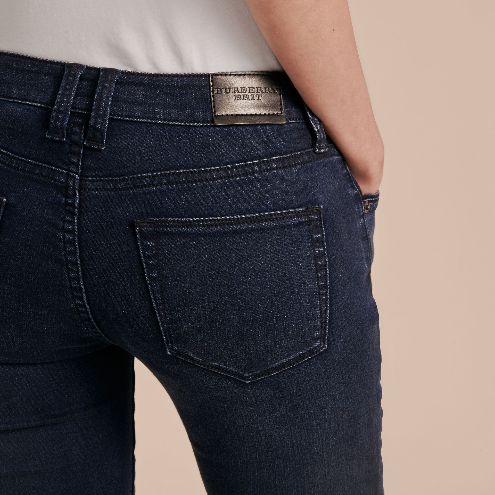 Jeans attillati in denim stretch ultraresistente - immagine della galleria 6