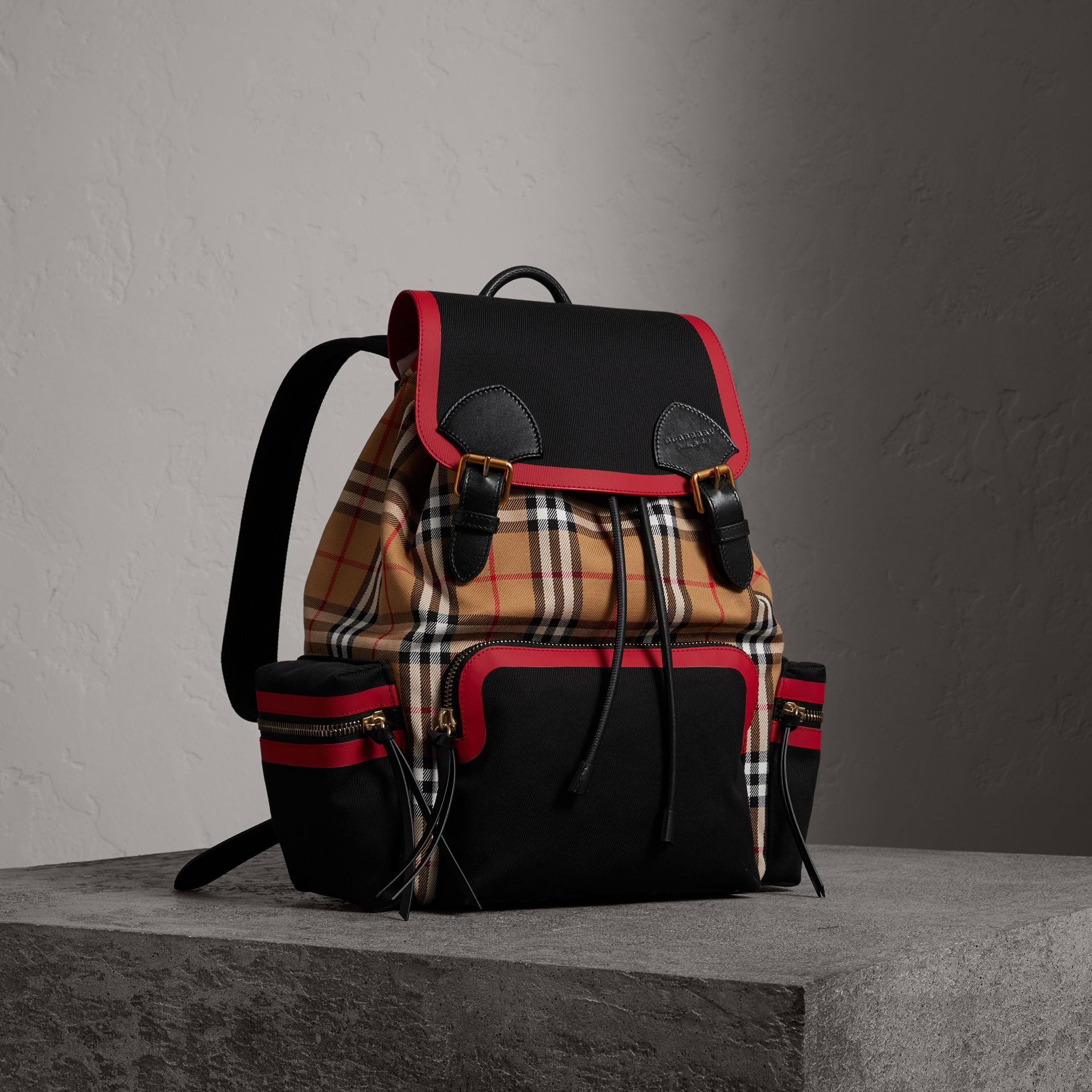 Grand sac The Rucksack en cuir et toile Vintage check (Jaune Antique) | Burberry Canada - photo de la galerie 0