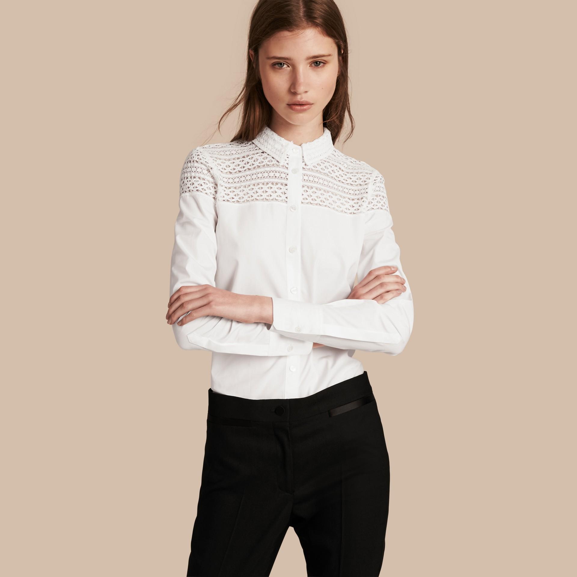 Bianco Camicia in cotone con dettagli in pizzo macramè - immagine della galleria 1