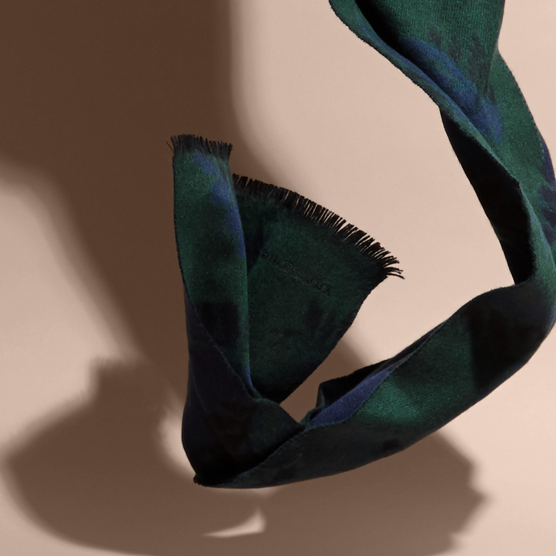 Marine Écharpe en cachemire à motif feuillage tissé en jacquard Marine - photo de la galerie 4