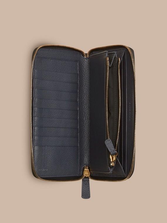 Dunkles zinnblau Check-geprägte Lederbrieftasche mit umlaufendem Reißverschluss Dunkles Zinnblau - cell image 3