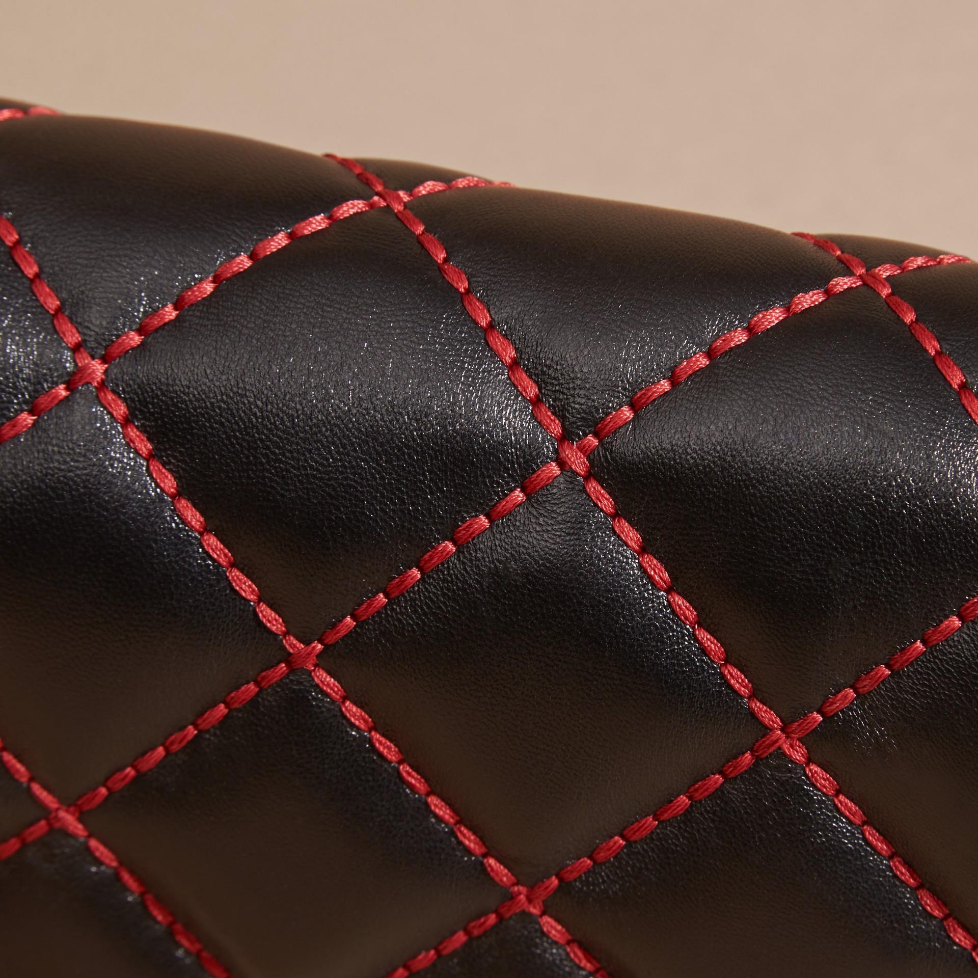 Noir/rouge parade Clutch en cuir matelassé avec chaîne - photo de la galerie 7