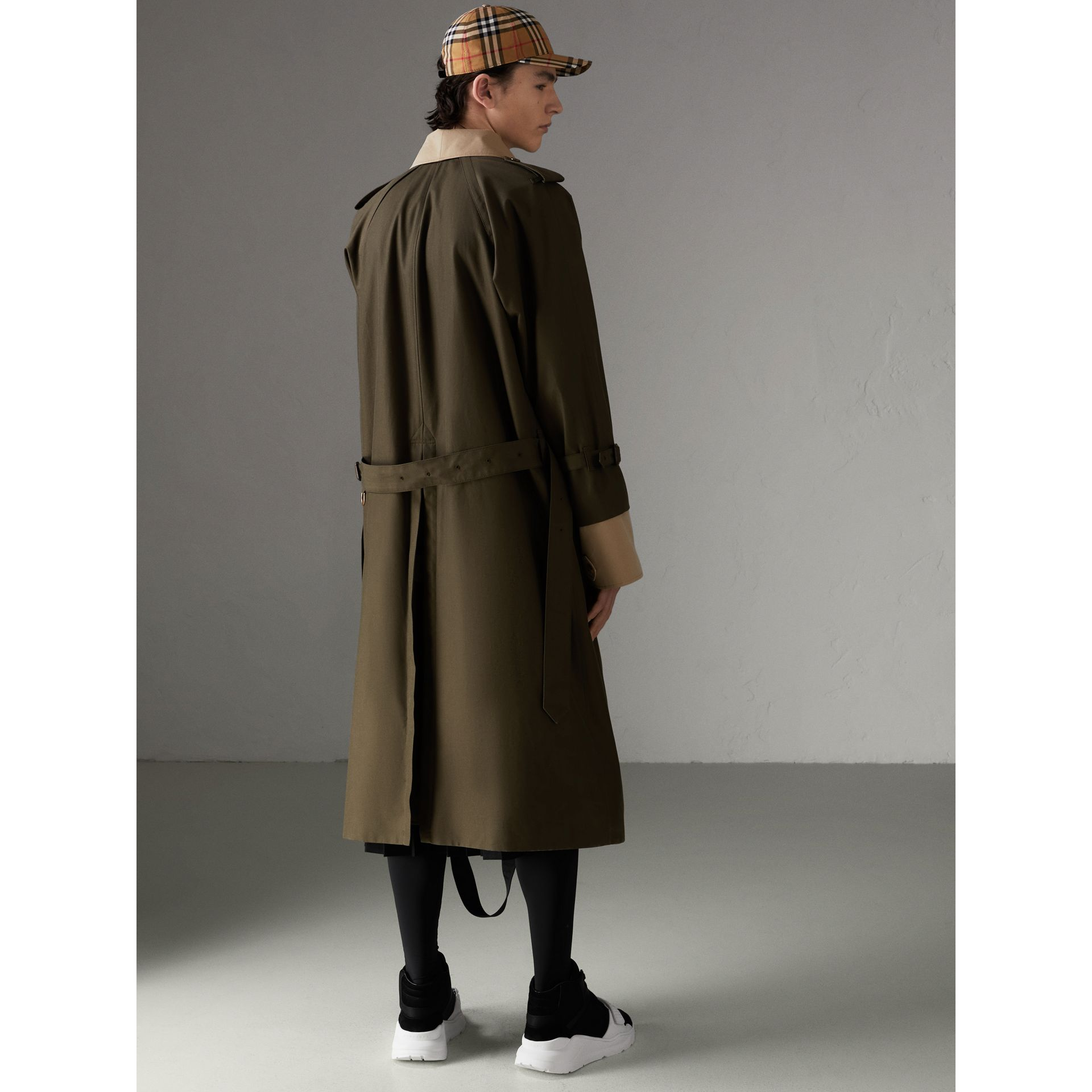 Trench coat in gabardine tropicale (Verde Cachi Scuro) | Burberry - immagine della galleria 2