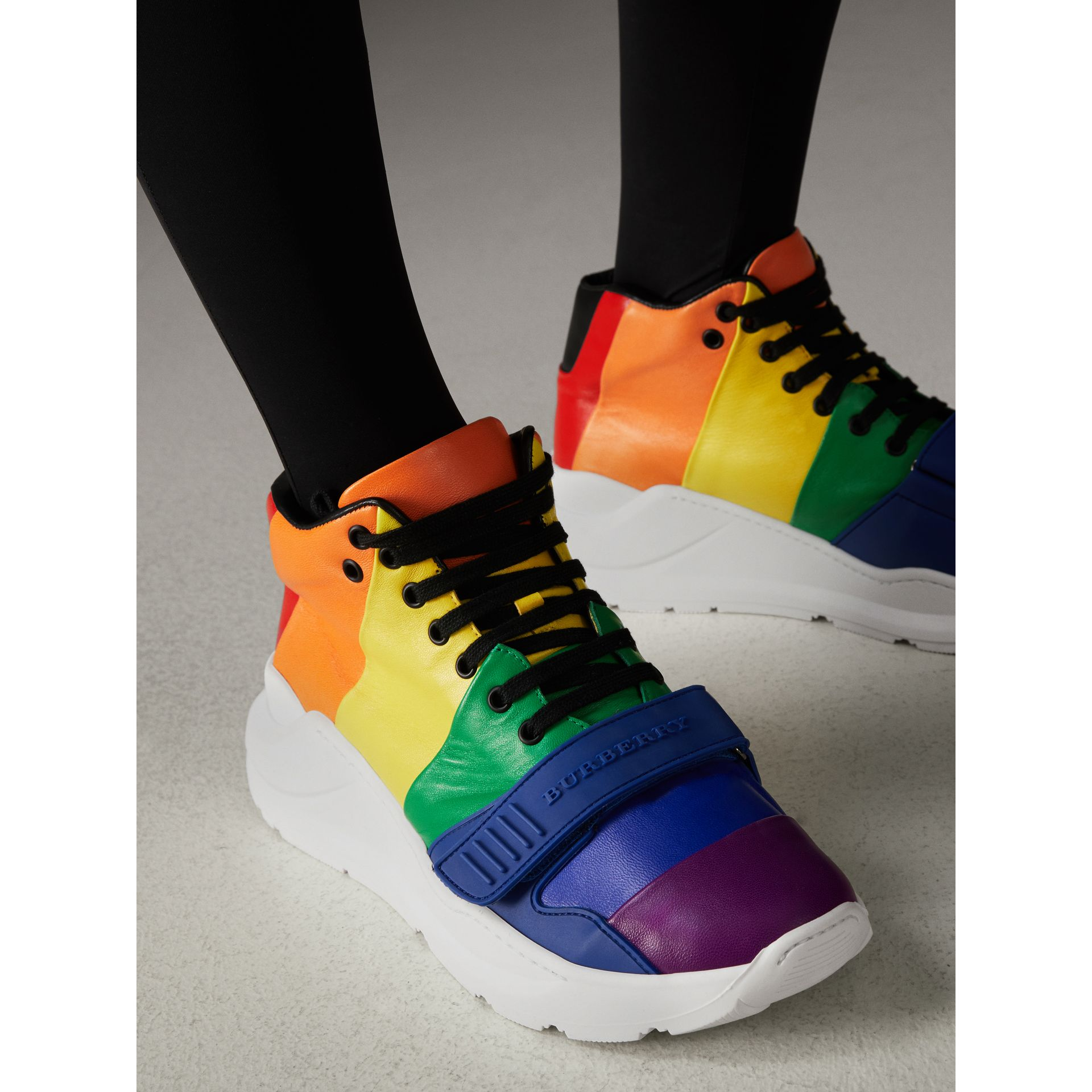 Sneakers montantes en cuir arc-en-ciel | Burberry - photo de la galerie 2