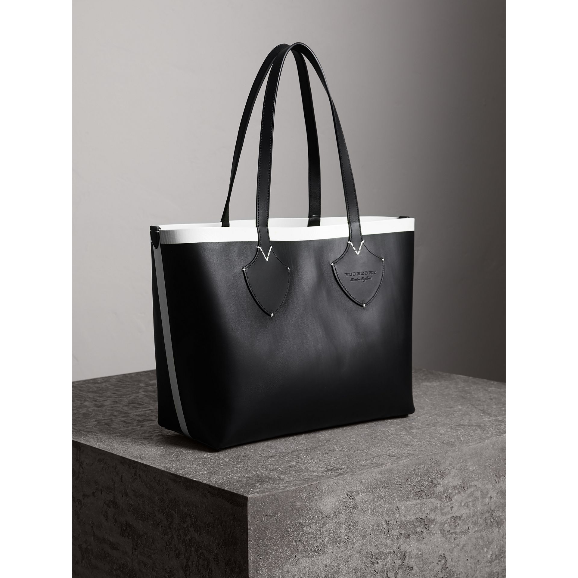 The Medium Giant Reversible Tote in Canvas and Leather in Black/white | Burberry - gallery image 8