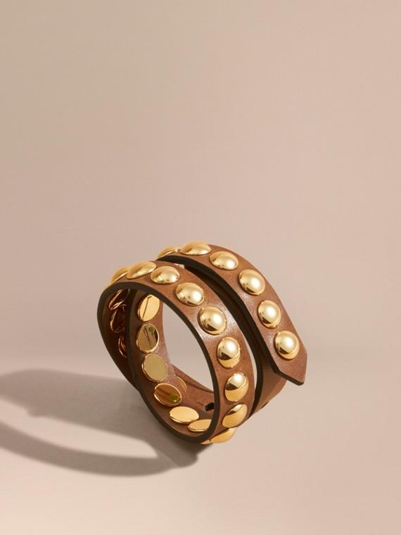 Zweifach gewickeltes Armband aus Leder in Zaumzeug-Optik mit Ziernieten Hellbraun