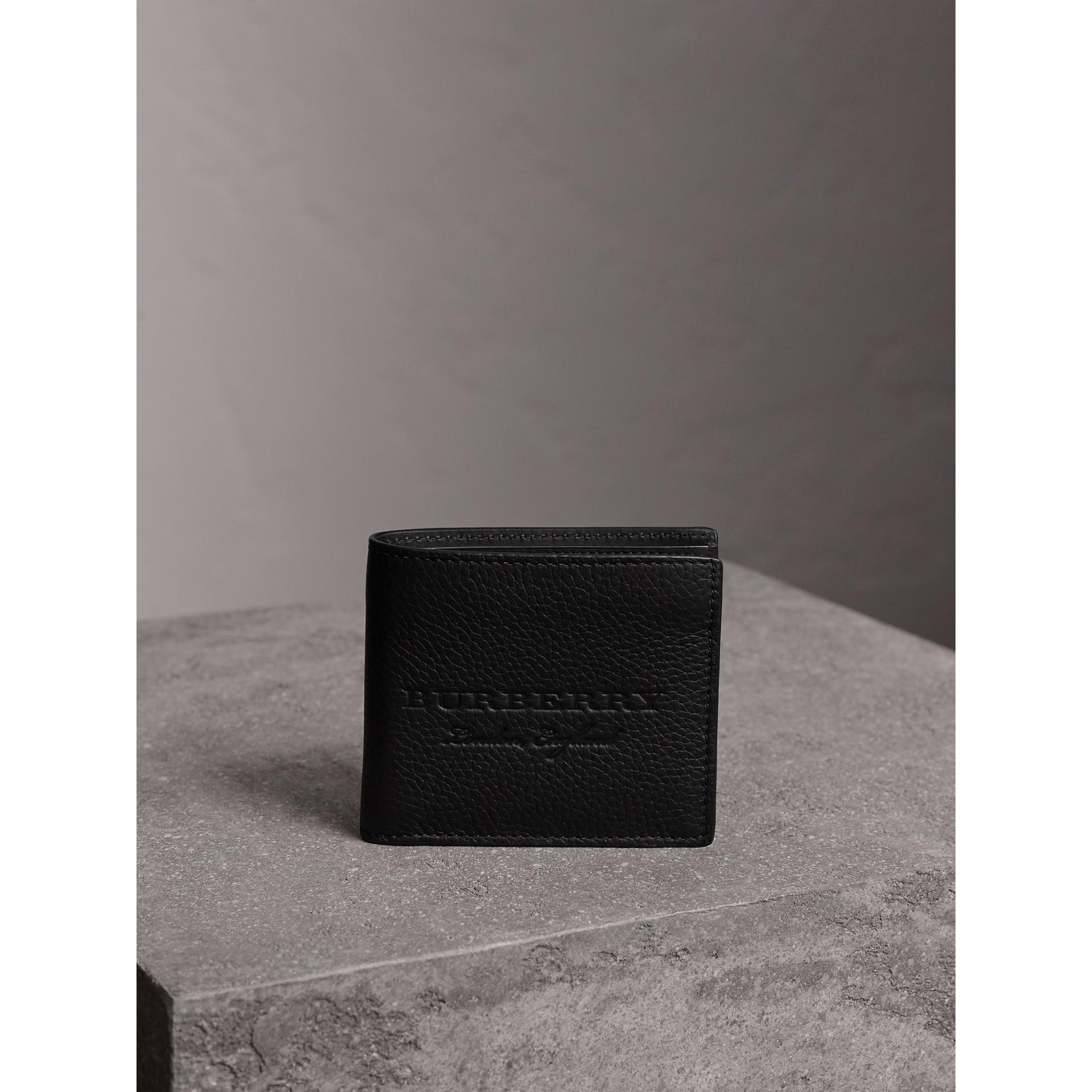 Cartera plegable en piel grabada (Negro) - Hombre | Burberry - imagen de la galería 5
