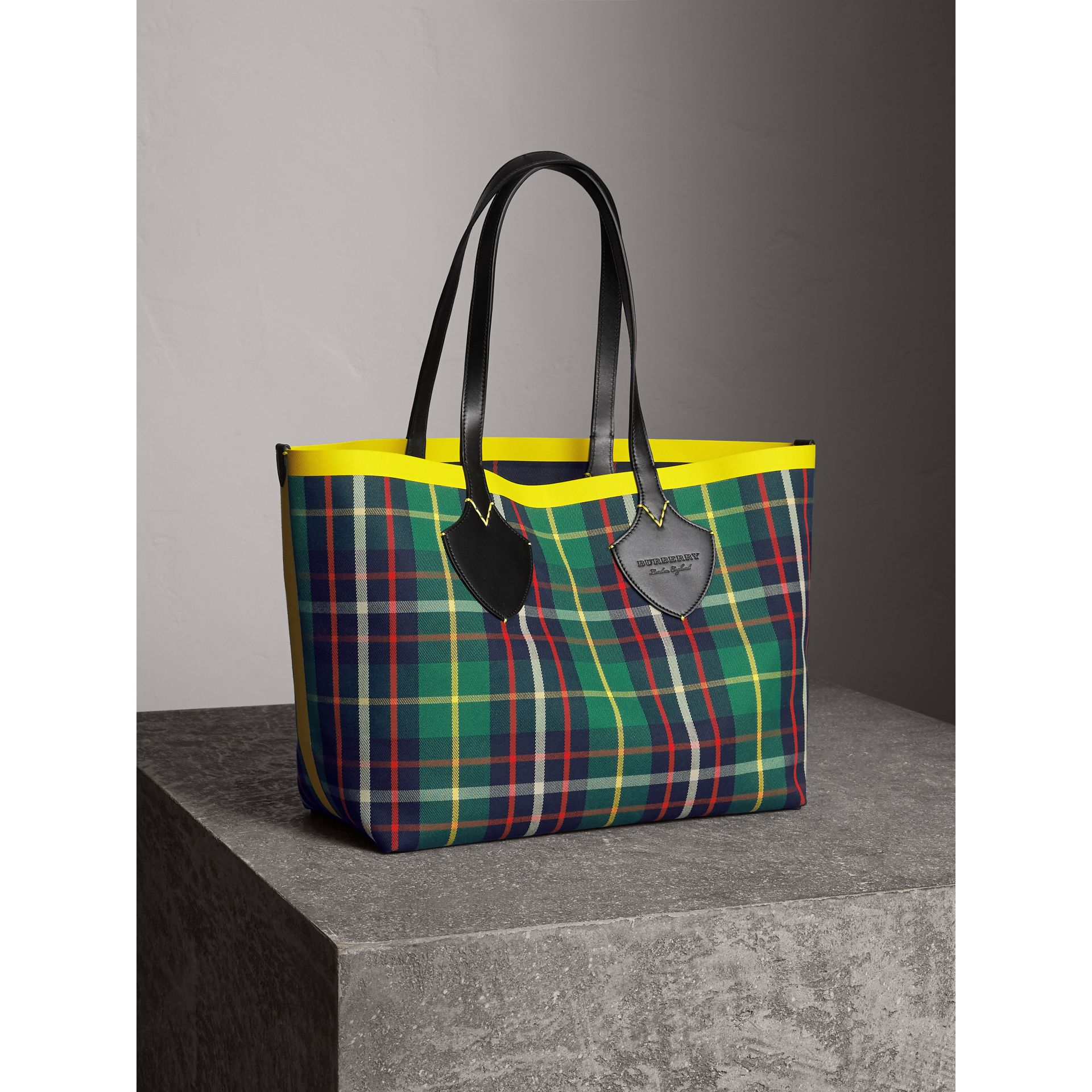 Borsa tote The Giant media double face in cotone con motivo tartan (Verde Foresta/navy Oltremare) | Burberry - immagine della galleria 7