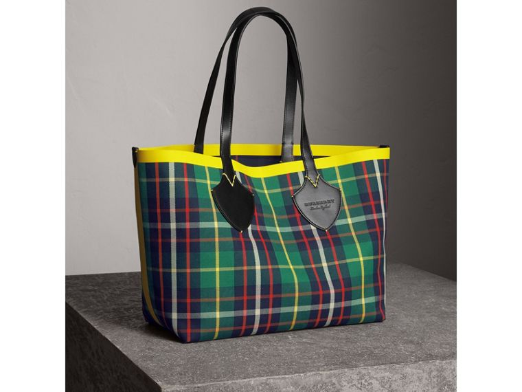 The Medium Giant Reversible Tote in Tartan Cotton in For Green/deep Navy | Burberry - cell image 4