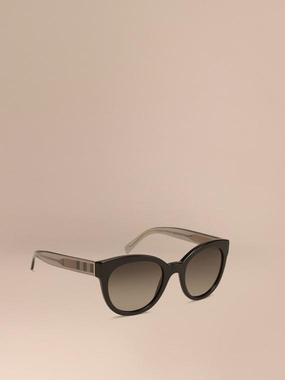 Occhiali da sole con montatura ovale e dettaglio check