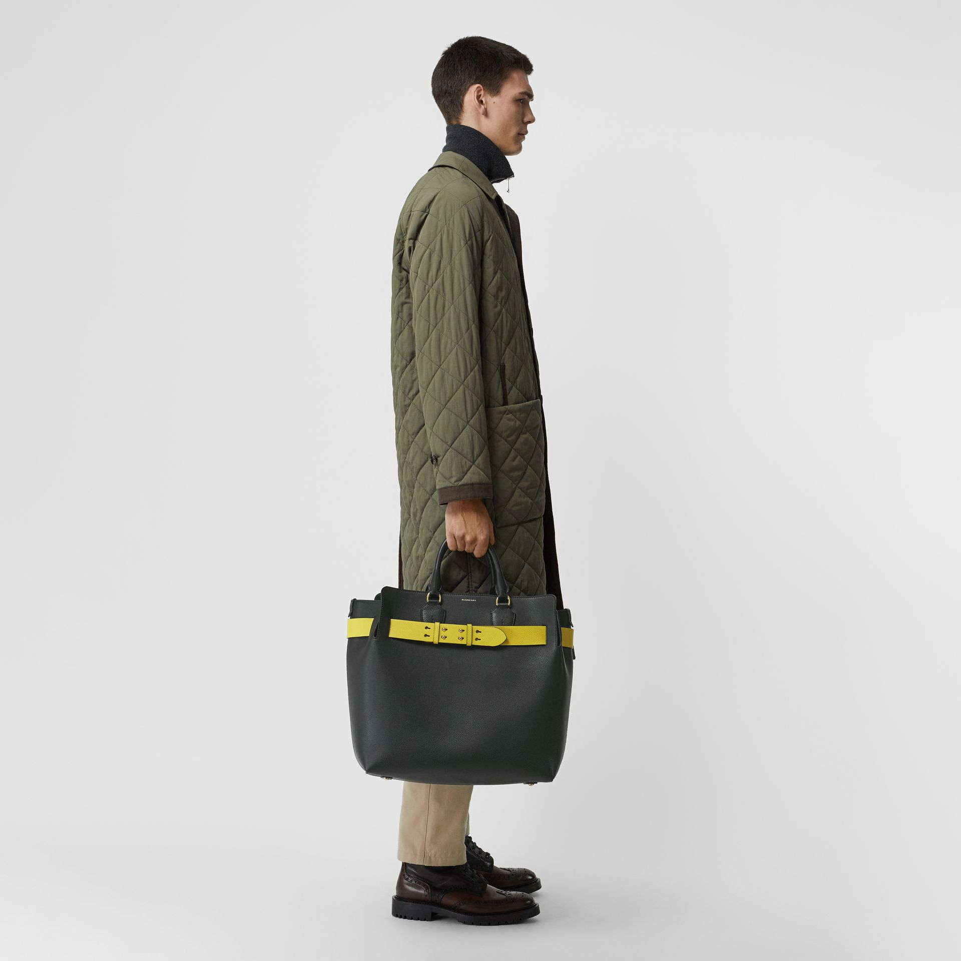 Grand sac The Belt en cuir (Noir/jaune) | Burberry Canada - photo de la galerie 9