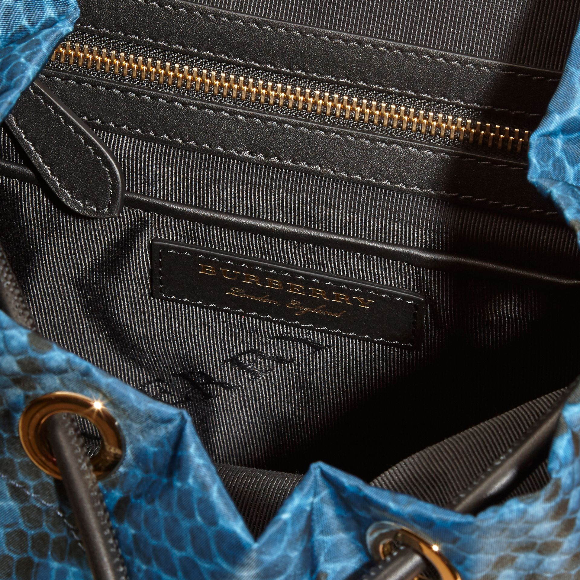 Sac The Rucksack medium en nylon à imprimé python et cuir Bleu - photo de la galerie 5
