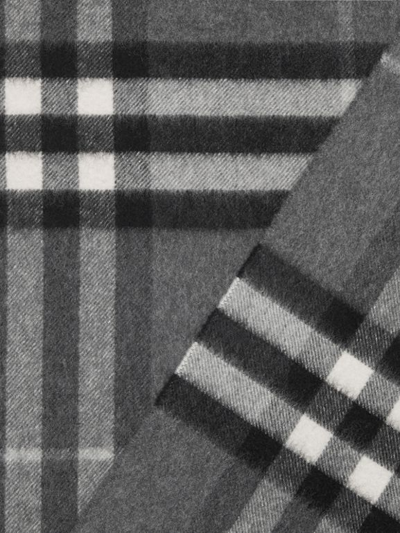 The Classic Check Cashmere Scarf in Mid Grey | Burberry Hong Kong - cell image 1