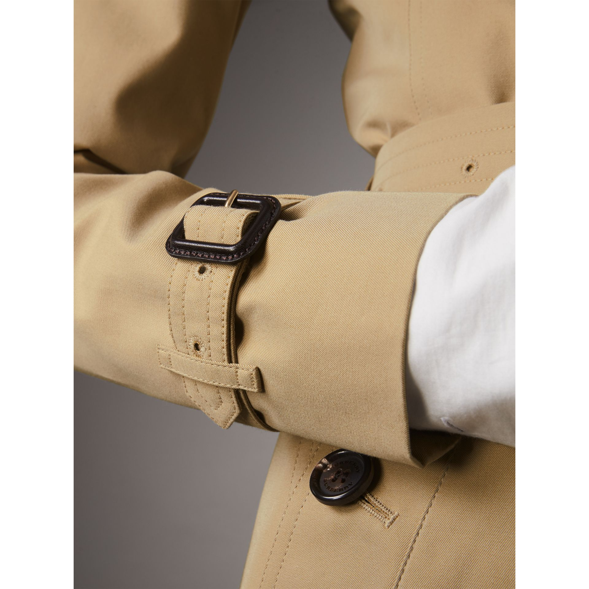 The Chelsea - Trench coat Heritage corto (Miele) - Donna | Burberry - immagine della galleria 5