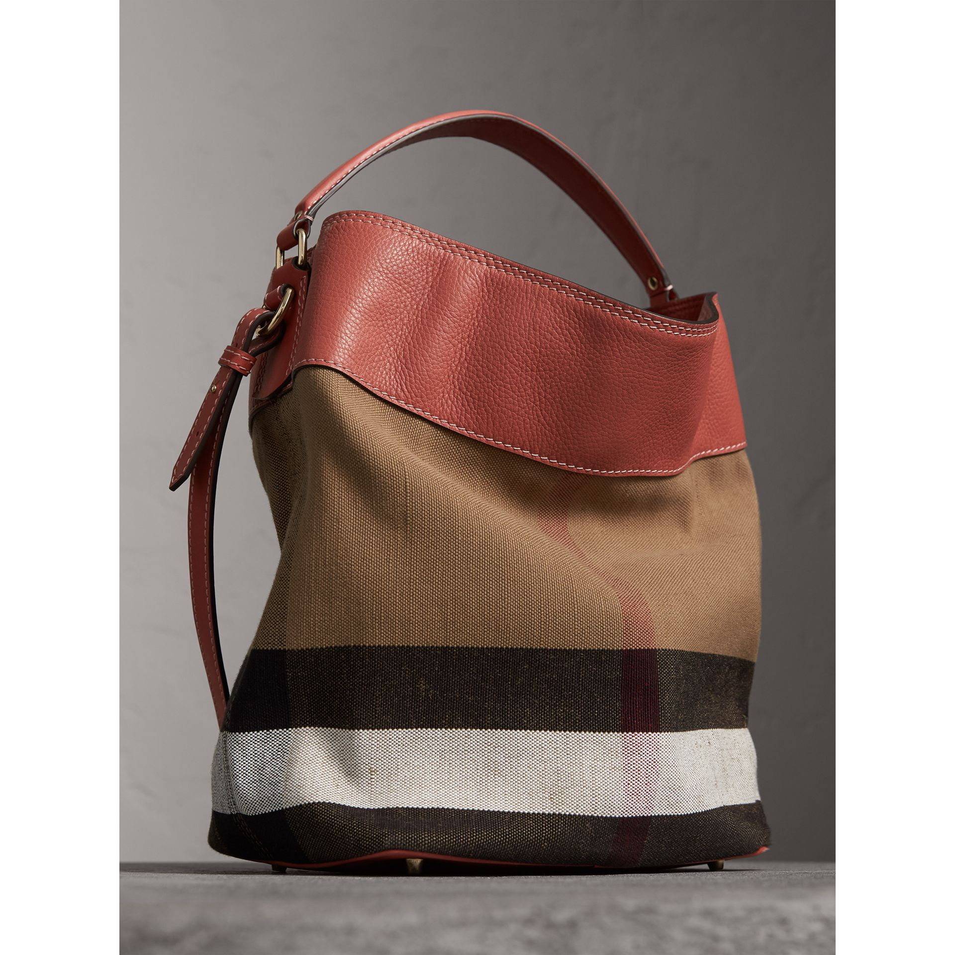 The Ashby media con pelle e motivo Canvas check (Rosso Cannella) - Donna | Burberry - immagine della galleria 4