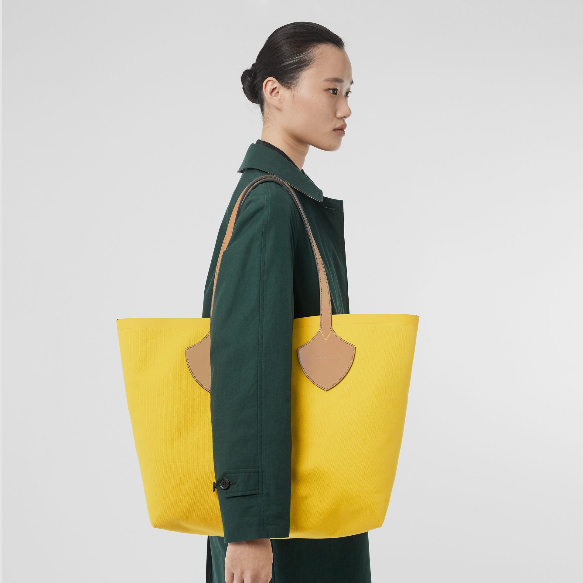 The Large Giant Tote in Colour Block Check in Antique Yellow/golden Yellow | Burberry - gallery image 2