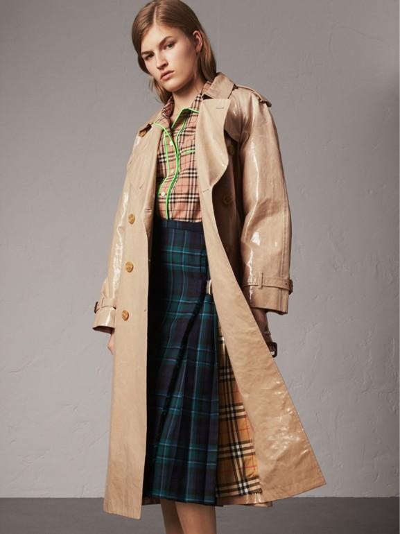 Trench coat de gabardine com efeito plastificado e mangas raglã (Mel) - Mulheres | Burberry - cell image 1